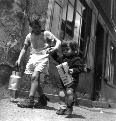 Robert Doisneau Rue Marcelin Berthelin Berthelot, Choisy le Roi mai 1946, .jpg